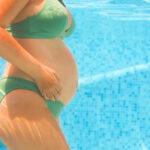 donna incinta in acqua