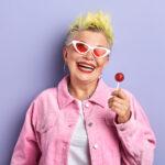 signora anziana con leccalecca