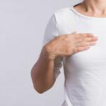 donna con la mano sul seno