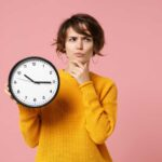 donna con orologio in mano