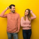 uomo e donna perplessi e preoccupati
