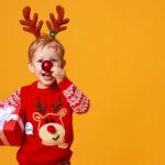 bambino con naso rosso e regalo di natale