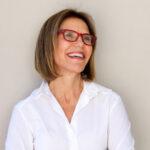 donna-con-occhiali-sorridente