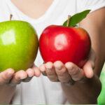 donna con 2 mele in mano